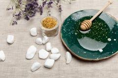 自然身体关心和芳香疗法产品在灰色织品 免版税库存照片