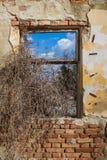 自然通过被放弃的房子窗口  免版税图库摄影