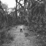 自然道路的男孩 免版税库存图片
