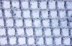 自然霜和雪花的样式在金属栅格我 库存图片