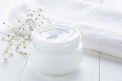 自然面部奶油色健康有机化妆健康和放松产品 免版税库存图片