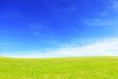 自然领域和天空 在晴天期间,草甸 免版税库存图片