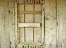 自然颜色变老了有推出的铁钉子的未经治疗的未经治疗的木存贮墙壁并且上了窗口 免版税库存图片