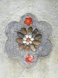 自然颜色向地面扔石头 免版税库存照片