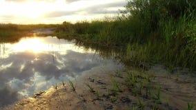 自然风景云彩的湖反射在水日落阳光下 免版税图库摄影