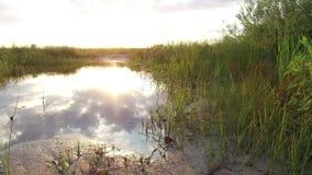 自然风景云彩的湖反射在水日落阳光下 图库摄影