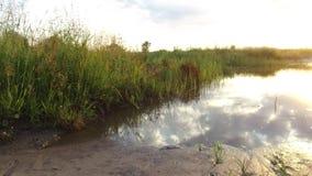 自然风景云彩的湖反射在水日落阳光下 免版税库存照片