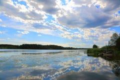 自然风景出色的意见在一个夏日 聚合在天际的湖和蓝天 免版税图库摄影
