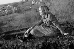 自然风景的女孩 免版税库存照片