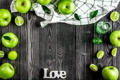 自然食物设计用绿色苹果和爱文本黑暗的书桌背景顶视图嘲笑 库存照片