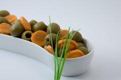 自然饮食食物 橄榄和红萝卜 棒谷物节食健身 库存照片