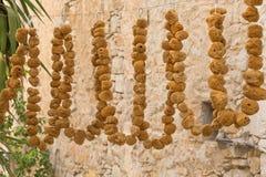 自然黄色和棕色浴海绵 免版税库存图片