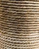 自然黄麻绳索扭转了创伤柱子背景,不尽纺织品的纹理 免版税库存照片