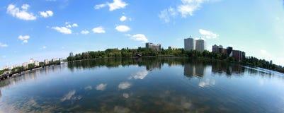 自然,城市地平线在顿涅茨克 免版税库存图片