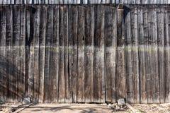 自然,木,棕色谷仓的板、有分支的墙壁,篱芭和knotholes,抽象织地不很细背景, 库存图片