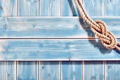 自然绳索两位数八个结在蓝色木头 免版税库存图片