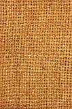自然织地不很细粗麻布麻袋布黑森州的纹理咖啡大袋黑暗的国家袋装的帆布大详细的垂直的宏观背景 图库摄影