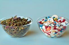 自然医学和化学制品医学 免版税库存照片