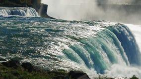 自然-尼亚加拉瀑布强有力的能量  从美国边的看法 在图片,一个能立即看到两 股票视频