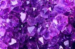 从自然紫晶的明亮的紫罗兰色纹理 库存照片