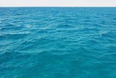 自然绿松石海水表面 免版税库存照片