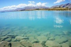 自然绿松石特卡波湖和岩石边缘 免版税库存图片