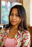 自然画象美好亚洲女孩微笑 当地亚洲秀丽 亚裔妇女 库存照片