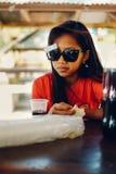 自然画象,有太阳镜的亚裔女孩 当地亚洲秀丽 当地亚裔人民 免版税库存照片