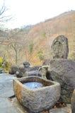 自然水龙头到在秋天季节的石头,日本里 图库摄影