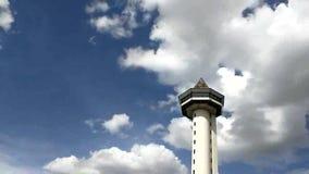 自然cloudscape背景时间间隔在观测所和城市视图的 股票录像
