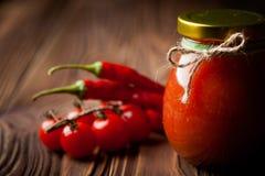 自然diy蕃茄酸辣调味品用辣椒 免版税库存照片