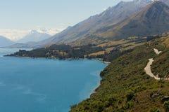 自然New Zealand湖wakatipu有山背景 免版税库存图片