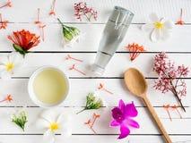 自然skincare产品,与热带花的芳香油 免版税库存照片