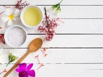 自然skincare产品,与热带花的芳香油 免版税图库摄影