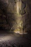 自然speleothem钟乳石和石笋在Nizhneshakuranskaya陷下 免版税库存图片