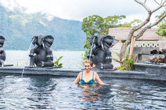 自然Thermae游泳池的资深妇女 热带海岛巴厘岛,印度尼西亚 库存照片