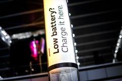 自由充电站在机场 免版税图库摄影