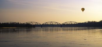 自由和和平桥梁  库存图片