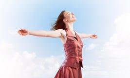 自由和幸福的概念与享有这生活的女孩 免版税库存照片