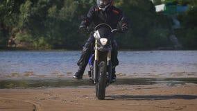 自由和Moto美学的感觉 在他的自行车的摩托车骑士骑马在沙滩 影视素材