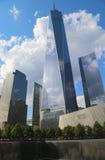 自由塔、9月11日博物馆和反射水池与瀑布在9月11日纪念公园 免版税库存图片