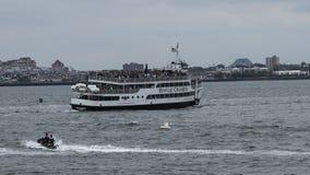 自由女神像充分巡航小船对容量 库存图片