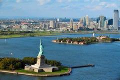 自由女神像和埃利斯岛的鸟瞰图 库存图片