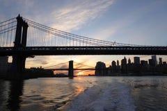 自由女神像和布鲁克林大桥 免版税图库摄影