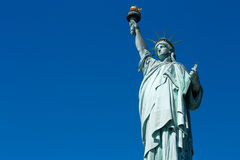 自由女神像在一个晴天,蓝天空白 免版税库存图片