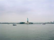 自由女神像在一多云天 库存图片