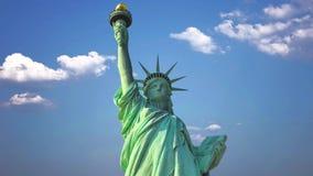自由女神像在反对天空和云彩的美国 股票录像
