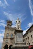 自由女神像在圣马力诺国家和古老宫殿c 库存照片