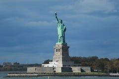自由女神像在纽约港口 库存照片