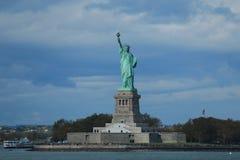 自由女神像在纽约港口 库存图片